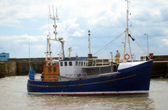 Chalutier de pêche dans le port Images stock