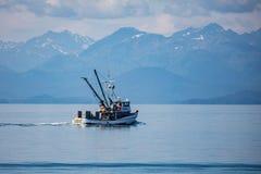 Chalutier de pêche en baie d'Auke images libres de droits