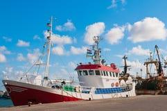 Chalutier de poissons de crevette dans le port Photographie stock libre de droits