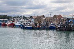 Chalutiers de pêche amarrés à quai au quai Images stock