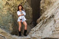 Chamán asiático de la muchacha en la entrada a la cueva Imágenes de archivo libres de regalías