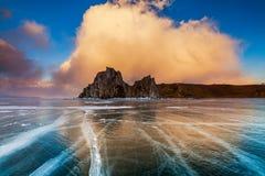 Chamán Rock en la puesta del sol El lago Baikal, Siberia foto de archivo