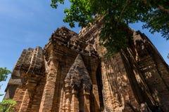 Cham góruje po Nagar Sławny pałac w Nhatrang, Wietnam Zdjęcie Stock