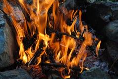 Chama alaranjada brilhante do fogo imagens de stock royalty free