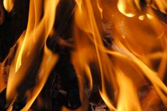 Chama alaranjada brilhante do fogo fotografia de stock
