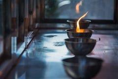 Chama de vela na lanterna no templo chinês tail?ndia imagem de stock