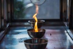 Chama de vela na lanterna no templo chinês tail?ndia fotografia de stock