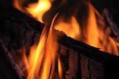 A chama do fogo amarelo-quente destrói a construção fotografia de stock