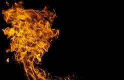Chama do fogo contra o fundo preto imagem de stock