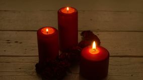 Chama e rosas vermelhas de vela no tema romântico da mesa de madeira filme