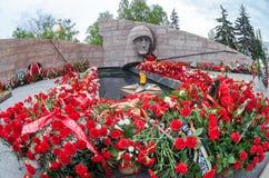 Chama eterno e flores na memória da vitória no grande Foto de Stock