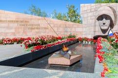 Chama eterno e flores na memória da vitória no grande Imagens de Stock