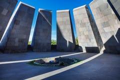 Chama eterno em Tsitsernakaberd - dedicado memorável às vítimas do genocídio armênio Yerevan, Arménia A flama eterno imagem de stock royalty free