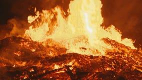 A chama real de um fogo enorme a câmera aproxima muito próximo ao centro do fogo e move lisamente video estoque
