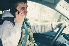 Chamada conduzindo Motorista arriscado que usa o telefone ao conduzir fotografia de stock