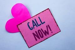 Chamada da exibição da nota da escrita agora Serviço ao cliente apresentando da telefonia do apoio da linha de apoio ao cliente d fotografia de stock royalty free