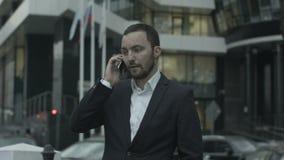 Chamada de resposta do homem de negócios do russo pelo telefone e video estoque