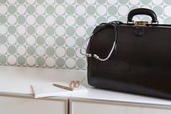 Chamada home, o saco do doutor com estetoscópio Imagem de Stock