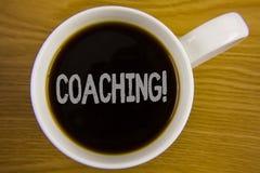 Chamada inspirador de treinamento do texto da escrita da palavra O conceito do negócio para o treinamento resistente começa a mel fotos de stock royalty free