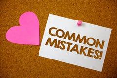 Chamada inspirador dos erros comuns do texto da escrita O conceito que significa o lote dos povos faz a mesma ação no marrom erra Foto de Stock Royalty Free