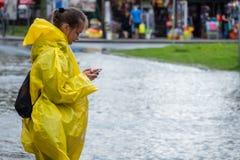 Chamada para a ajuda após a inundação imagens de stock royalty free