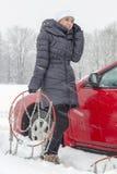 Chamada para a ajuda no dia de inverno Imagens de Stock Royalty Free