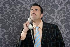 Chamada telefónica scared lerdo do homem de negócios da expressão foto de stock