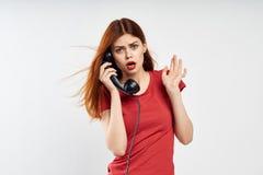 Chamadas bonitas pelo telefone, uma comunicação da mulher fotografia de stock royalty free