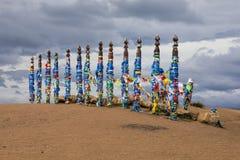 Chaman coloré Poles dans Khuzhir sur l'île Olkhon Image libre de droits