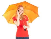 Chamando a mulher com guarda-chuva alaranjado Fotografia de Stock