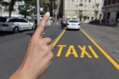 Chamando um táxi Foto de Stock Royalty Free