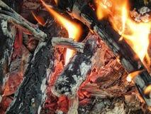 Chamas ardentes de um fogo dos carvões imagens de stock