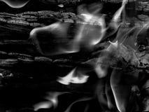 Chamas ardentes de um fogo dos carvões em uma foto preto e branco fotos de stock royalty free