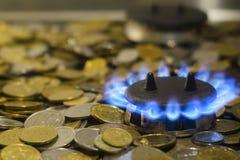 Chamas azuis do gás natural que queimam-se de um fogão de gás em um backgro fotografia de stock