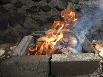 Chamas de queimar cascas secadas do coco imagens de stock