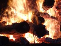 Chamas de uma fogueira na noite Imagem de Stock Royalty Free