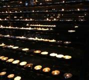 Chamas de velas da cera durante a celebração eucarística no Fotos de Stock Royalty Free
