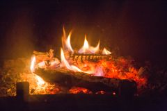 Chamas do fogo com a cinza na chaminé Imagens de Stock