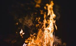 Chamas e faíscas do fogo na noite Foto de Stock Royalty Free