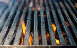 Chamas quentes ascendentes e brilhantes do fim do BBQ da grade, cookout exterior do verão, madeira ardente do assado vazio com fu Foto de Stock