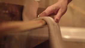Chambermaid κάνει το κρεβάτι απόθεμα βίντεο