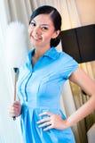 Chambermaid που ξεσκονίζει στο ασιατικό δωμάτιο ξενοδοχείου Στοκ Εικόνες