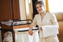Chambermaid przy hotelem Zdjęcia Royalty Free