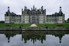 Chambord-Chateaureflexion im Burggrabenwasser stockbilder