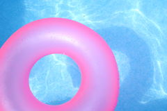 Chambre à air rose sur l'eau bleue Image stock