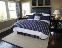 Chambre à coucher à la maison de luxe moderne. photo stock