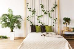 Chambre à coucher à la mode avec le mur de corde Photos libres de droits