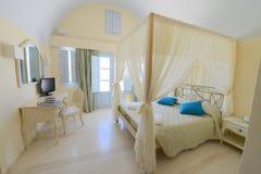Chambre à coucher élégante avec un lit de tente dans le beige Photographie stock libre de droits