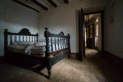 Chambre à coucher abandonnée de vintage images stock