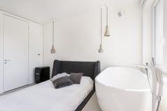 Chambre à coucher ascétique avec la baignoire ovale photos libres de droits